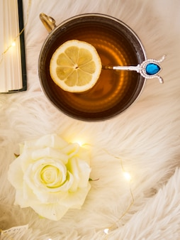 Vista superior taza de té con una rodaja de limón