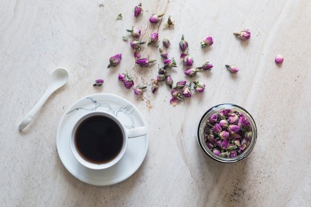 Vista superior taza de té con taza de flores
