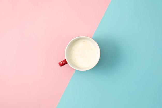 La vista superior de la taza de yogur de fondo
