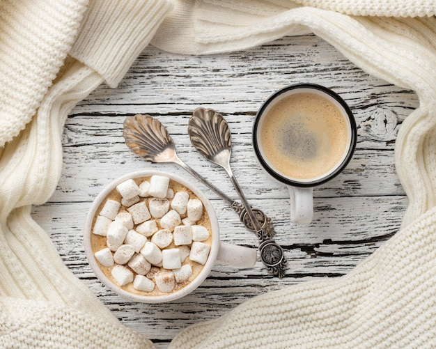 Vista superior de tazas de café y chocolate caliente con malvaviscos