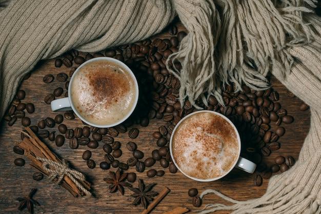 Vista superior tazas de café con granos tostados