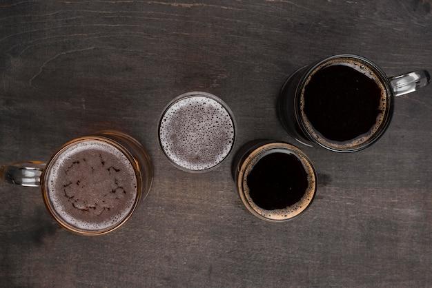 Vista superior de tazas y vasos de cerveza.