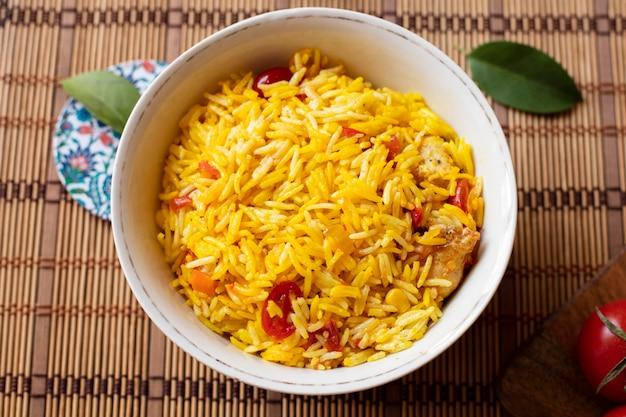 Vista superior tazón de arroz con tomate