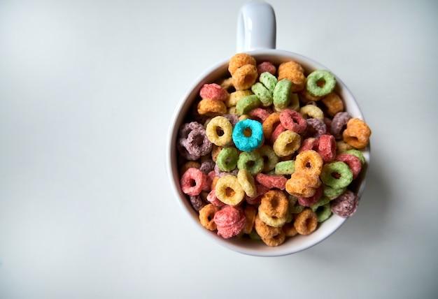 Vista superior en el tazón de cereal de desayuno aislado