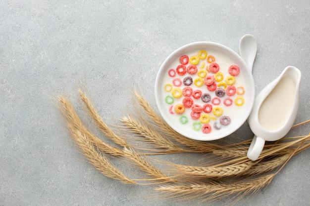 Vista superior tazón de cereal rodeado de trigo