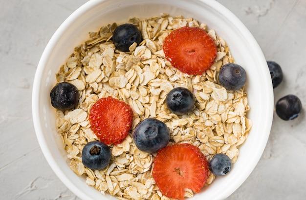 Vista superior del tazón de desayuno con avena y fruta