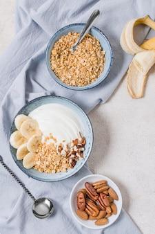 Vista superior del tazón de desayuno con avena y frutas