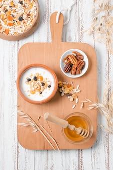 Vista superior del tazón de desayuno con avena y miel