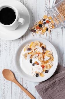 Vista superior tazón de desayuno con avena y yogurt