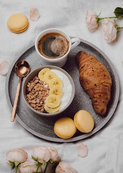 Vista superior del tazón de desayuno con cereales y croissant