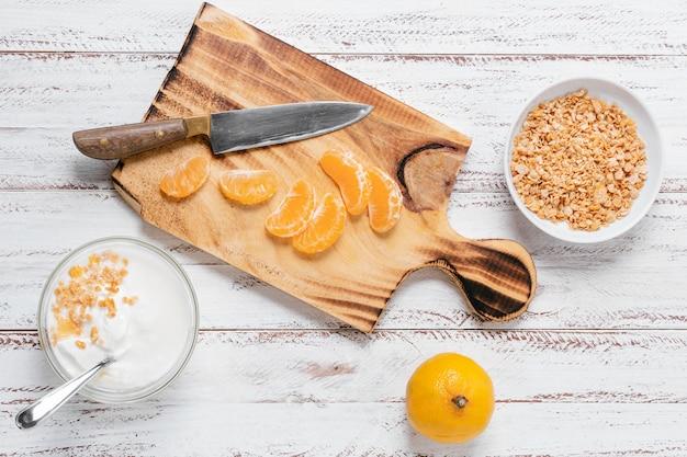 Vista superior del tazón de desayuno con yogur y frutas