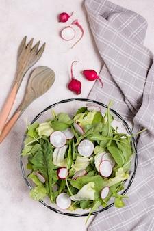 Vista superior del tazón de ensalada con rábano