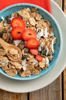 Vista superior del tazón con frutas y cereales para el desayuno