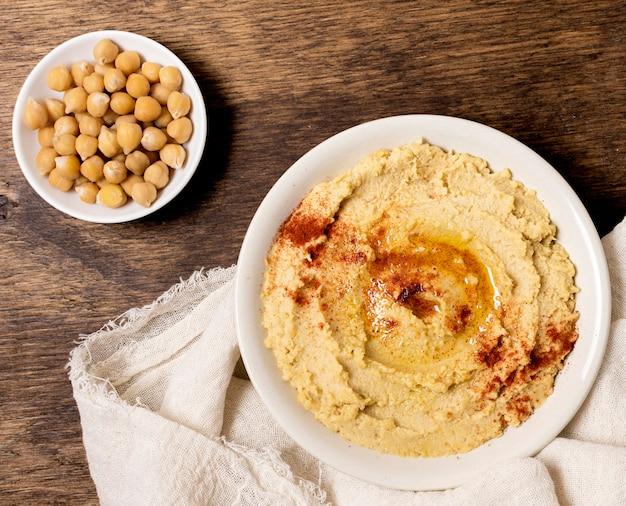 Vista superior del tazón de hummus con garbanzos