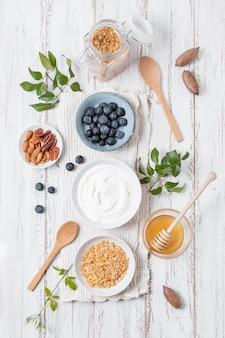 Vista superior tazones de desayuno con frutas sobre la mesa