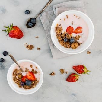 Vista superior tazones de desayuno con granola y leche
