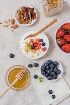 Vista superior tazones de desayuno con yogur y frutas