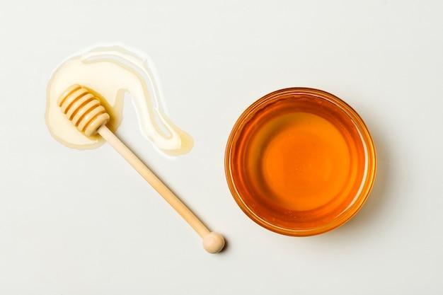 Vista superior té con cuchara y mancha de miel