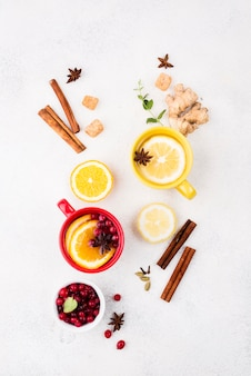 Vista superior de té de limón y tazas con sabor a frutas
