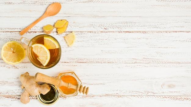 Vista superior té con miel y limón