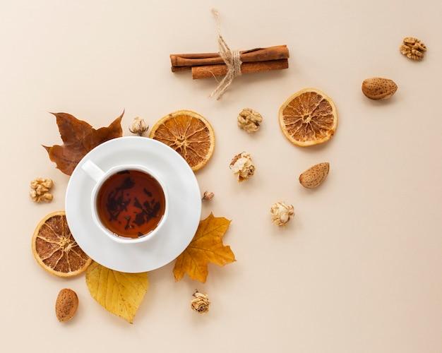 Vista superior de té con rodajas de naranja seca