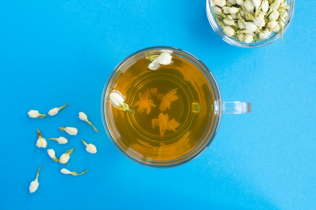 Vista superior del té verde jazmín en la taza de cristal