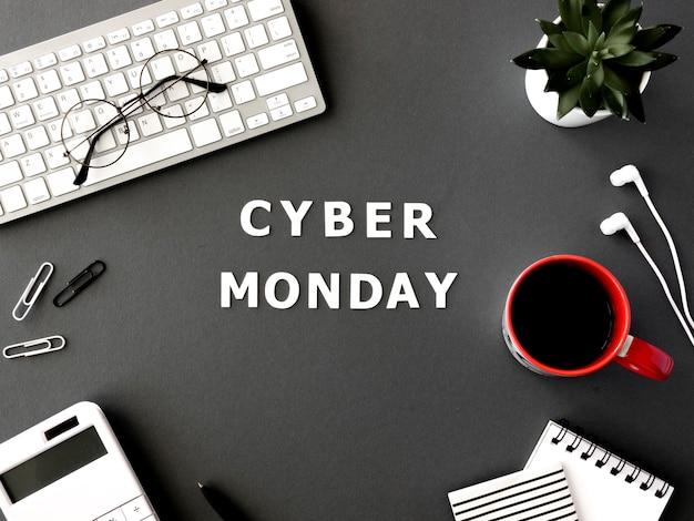 Vista superior del teclado con café y vasos para el cyber monday