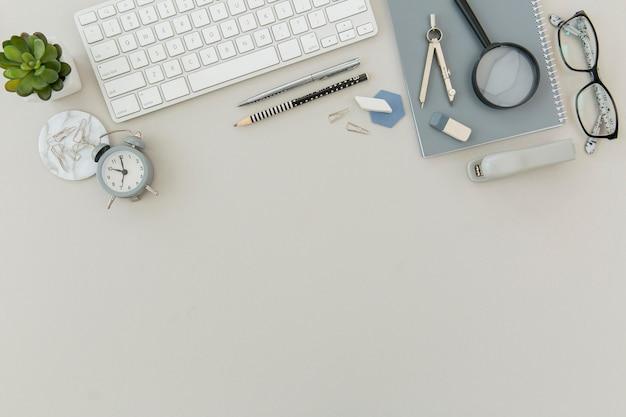 Vista superior del teclado con espacio de copia sobre la mesa