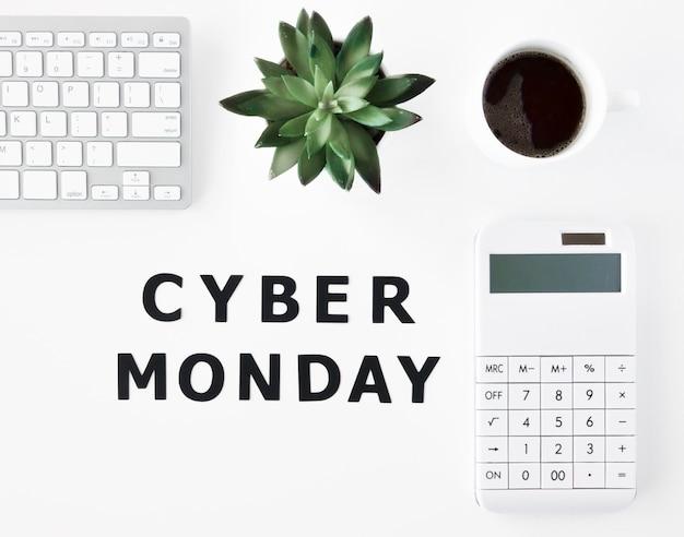 Vista superior del teclado con planta y café para cyber monday