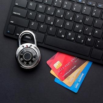 Vista superior del teclado con tarjetas de crédito y cerradura