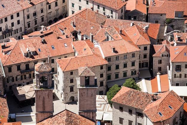 Vista superior de los tejados de tejas rojas en el casco antiguo de kotor, montenegro.