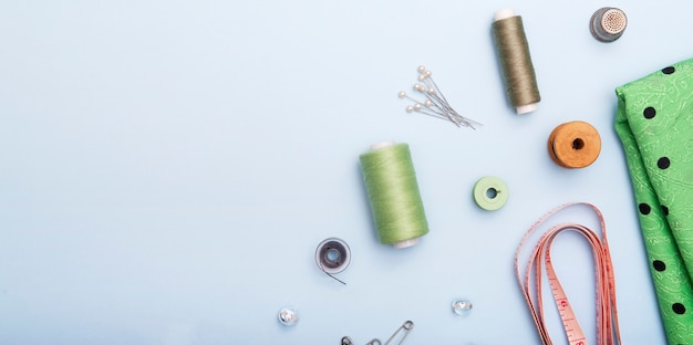 Vista superior de tela, centímetro y suministros de costura