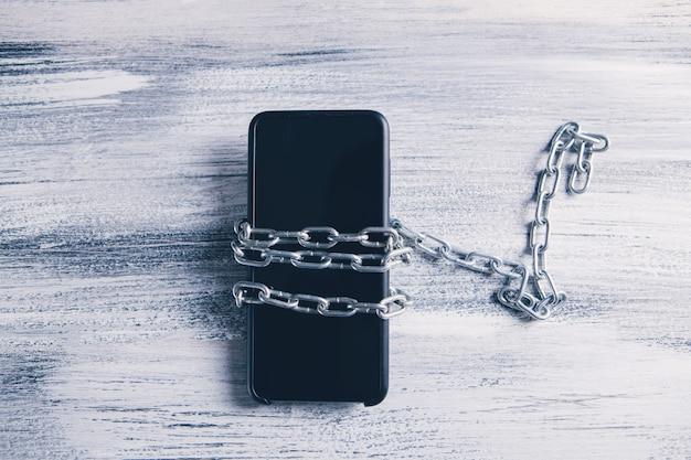 Vista superior del teléfono inteligente con cadenas.