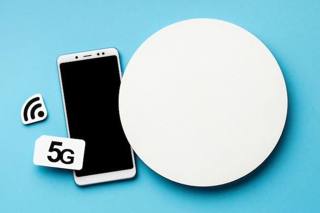 Vista superior del teléfono inteligente con símbolo de wi-fi y tarjeta sim