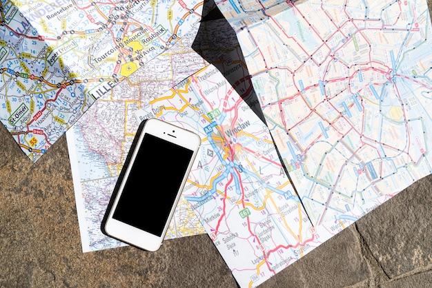 Vista superior del teléfono móvil en el mapa de polonia