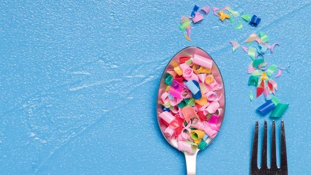 Vista superior tenedor y cuchara con plástico