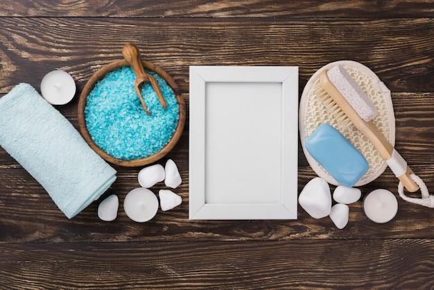 Vista superior de la terapia de spa sal y jabón sobre la mesa