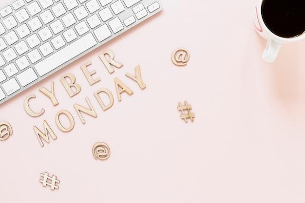 Vista superior del texto del lunes cibernético en el escritorio