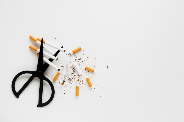 Vista superior tijeras con cigarros