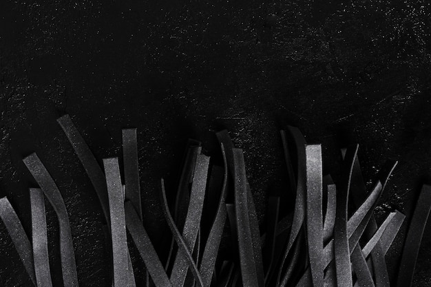 Vista superior de tiras de pasta tagliatelle negro