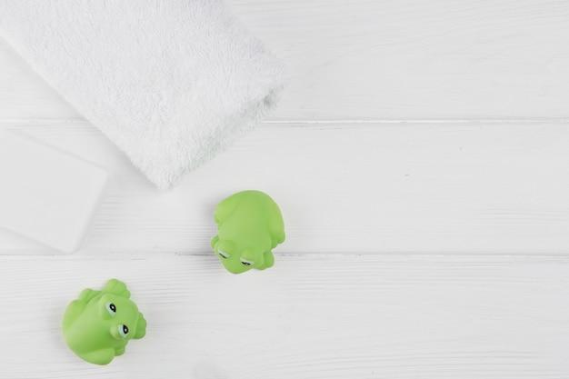 Vista superior de toallas y juguetes de rana para baby shower