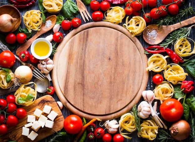 Vista superior de todos los componentes alimenticios necesarios para hacer una pasta italiana clásica.