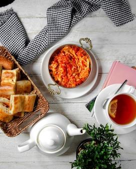 Vista superior de tomate frito con huevos