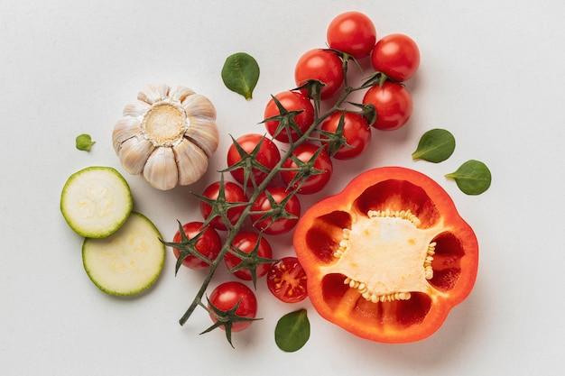 Vista superior de tomates con ajo y pimientos