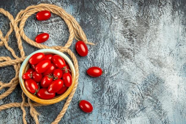 Vista superior de tomates cherry rojos con cuerdas