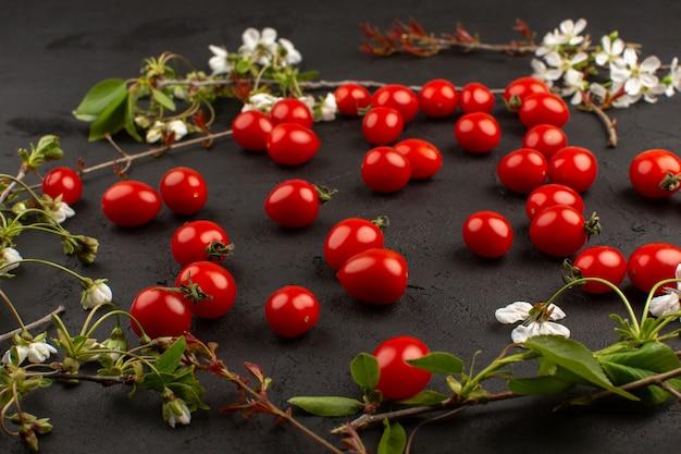 Vista superior tomates cherry rojos frescos en el oscuro escritorio