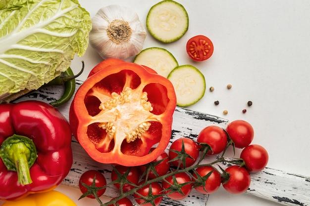 Vista superior de tomates con pimiento y ajo