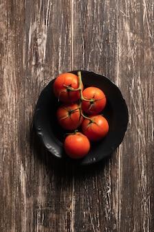 Vista superior de los tomates del plato