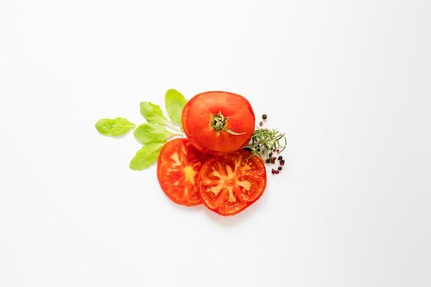 Vista superior de tomates en rodajas sobre fondo blanco