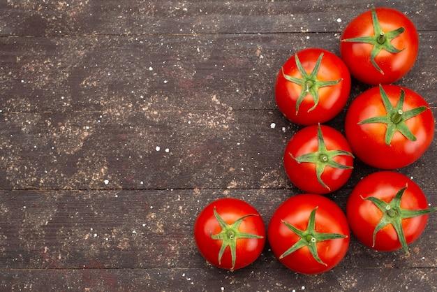 Vista superior tomates rojos frescos maduros en madera